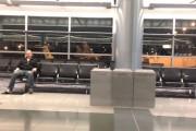 Έμεινε ολομόναχος στο αεροδρόμιο για ένα βράδυ... Δείτε τι έφτιαξε!