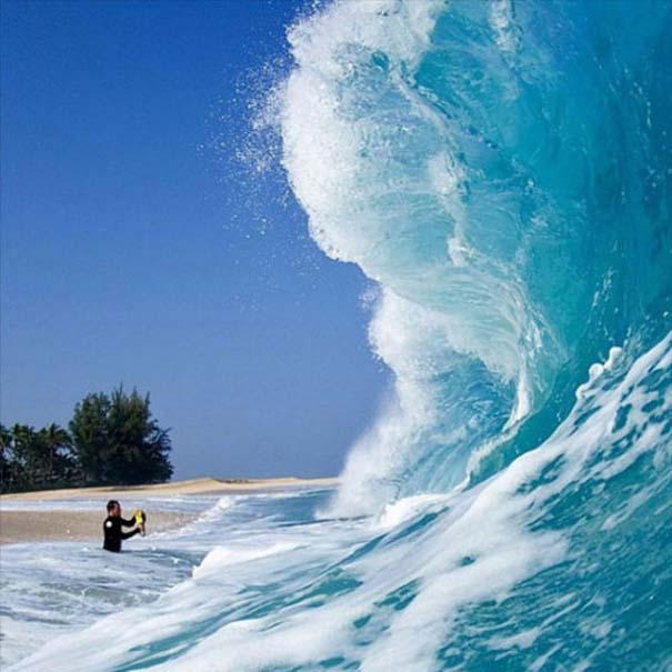 Εντυπωσιακές φωτογραφίες μέσα σε γιγάντια κύματα (1)