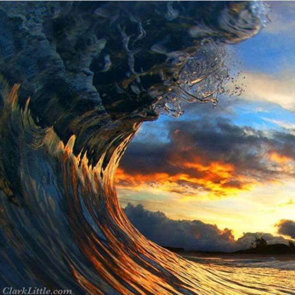 Εντυπωσιακές φωτογραφίες μέσα σε γιγάντια κύματα (11)