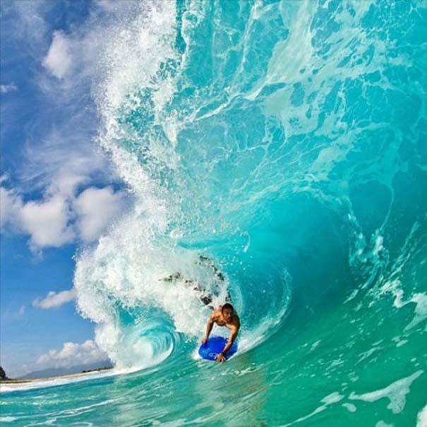 Εντυπωσιακές φωτογραφίες μέσα σε γιγάντια κύματα (18)