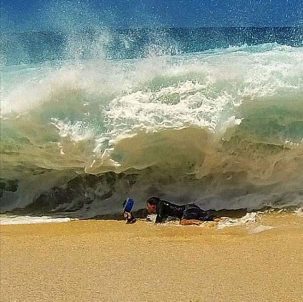 Εντυπωσιακές φωτογραφίες μέσα σε γιγάντια κύματα (2)