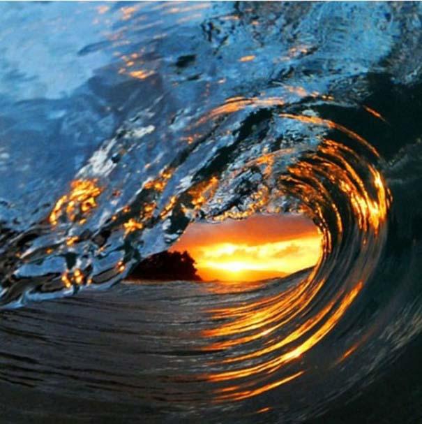 Εντυπωσιακές φωτογραφίες μέσα σε γιγάντια κύματα (9)