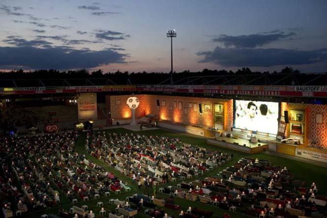 Γήπεδο μετατράπηκε σε ένα τεράστιο σαλόνι για το Μουντιάλ (6)
