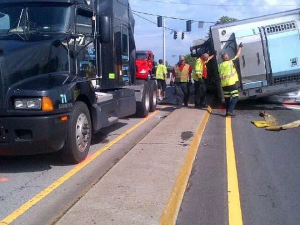 Καρότσα φορτηγού προσγειώθηκε σε ΙΧ - η οδηγός βγήκε αλώβητη! (4)