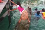 Κοριτσάκι σώζει πλημμυρισμένη βάρκα με ένα απίστευτο κόλπο
