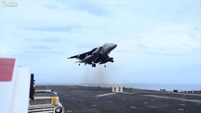 Μαχητικό αεροσκάφος έκανε αναγκαστική προσγείωση σε... σκαμνάκι