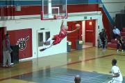 Μπασκετμπολίστας χάνει ένα κάρφωμα και μετά κάνει κάτι εκπληκτικό