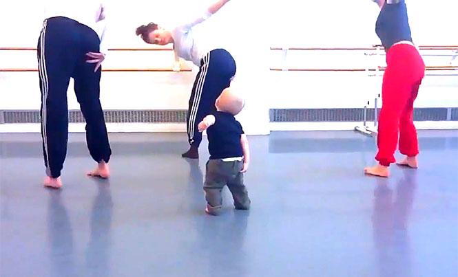 Μωρό δημιουργεί χορογραφία σύγχρονου χορού