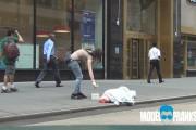Πως θα αντιδρούσατε αν βλέπατε να κλέβουν έναν άστεγο;