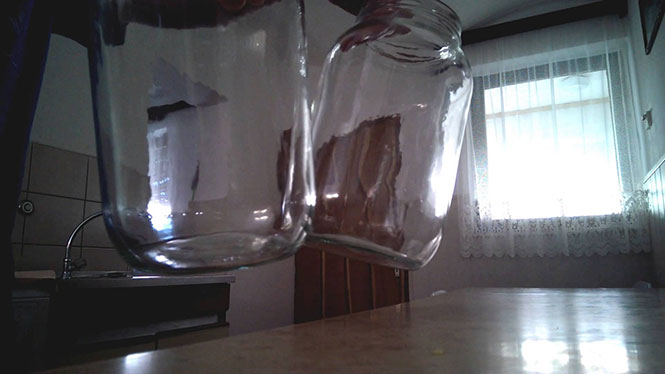 Δυο γυάλινα βάζα έρχονται σε επαφή και παράγουν τον πιο περίεργο ήχο