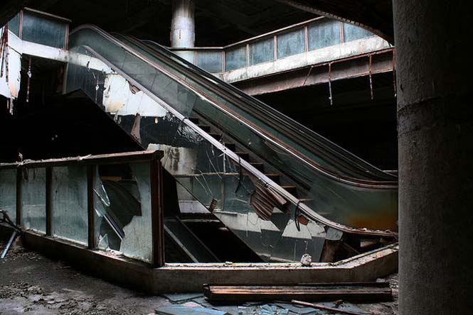 Εγκαταλελειμμένο εμπορικό κέντρο στην Μπανγκόκ απέκτησε περίεργους νέους κατοίκους (11)