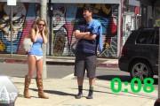 Ελκυστική κοπέλα ζητάει το κινητό αγνώστων για μια επείγουσα κλήση...