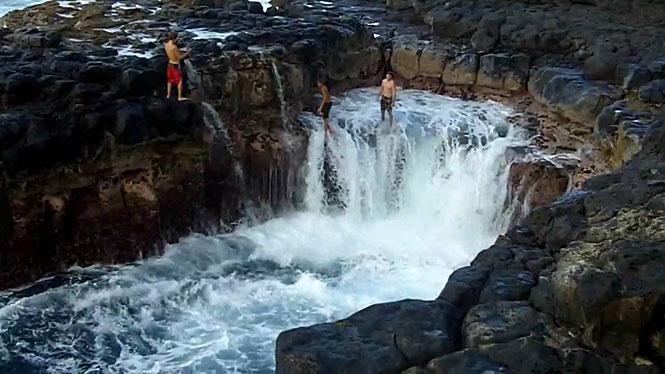 Επικίνδυνο παιχνίδι με τα κύματα στα βράχια της Χαβάης