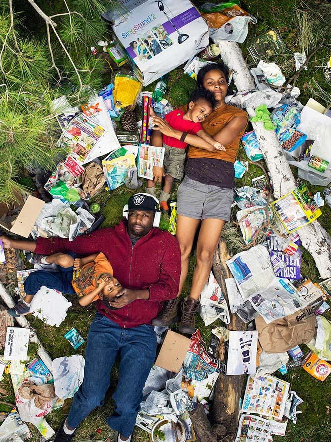 Άνθρωποι φωτογραφίζονται με τα σκουπίδια τους μιας εβδομάδας (2)