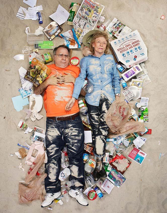 Άνθρωποι φωτογραφίζονται με τα σκουπίδια τους μιας εβδομάδας (3)