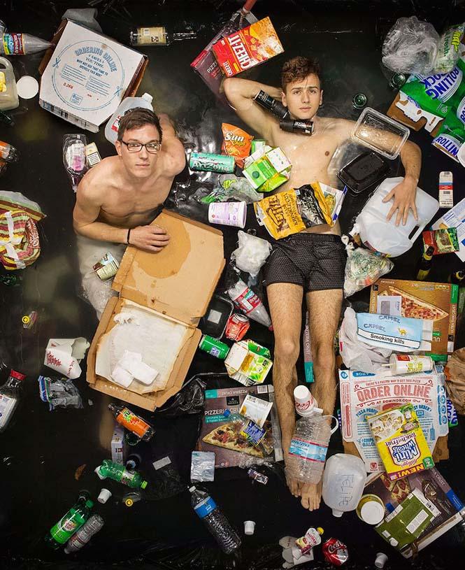 Άνθρωποι φωτογραφίζονται με τα σκουπίδια τους μιας εβδομάδας (4)
