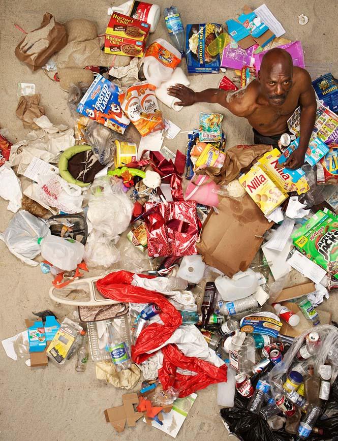 Άνθρωποι φωτογραφίζονται με τα σκουπίδια τους μιας εβδομάδας (5)