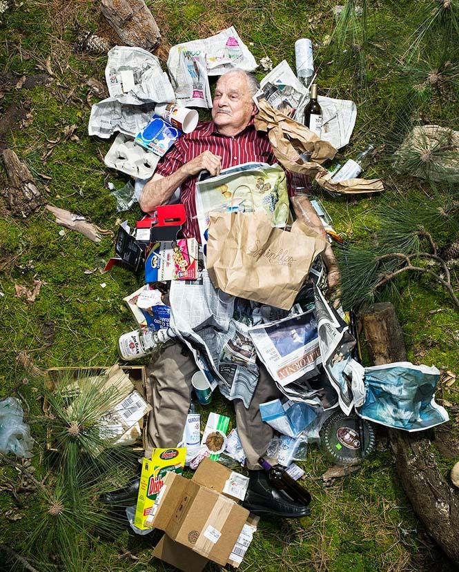 Άνθρωποι φωτογραφίζονται με τα σκουπίδια τους μιας εβδομάδας (6)