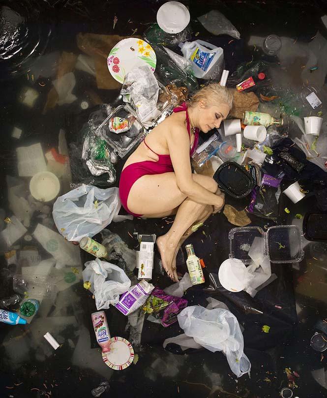 Άνθρωποι φωτογραφίζονται με τα σκουπίδια τους μιας εβδομάδας (7)