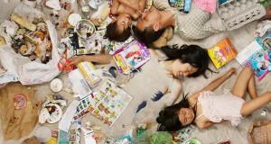Άνθρωποι φωτογραφίζονται με τα σκουπίδια μιας εβδομάδας