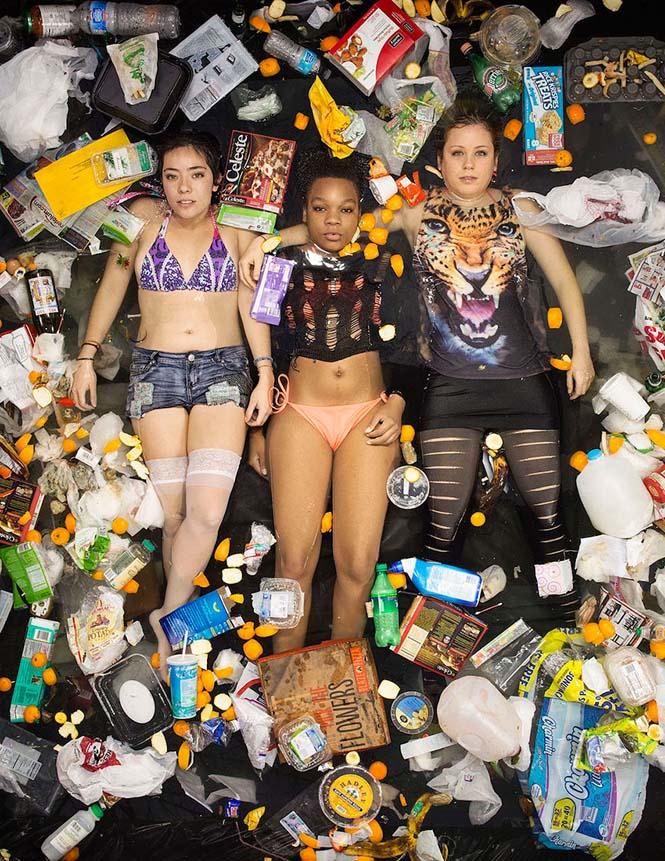 Άνθρωποι φωτογραφίζονται με τα σκουπίδια τους μιας εβδομάδας (9)
