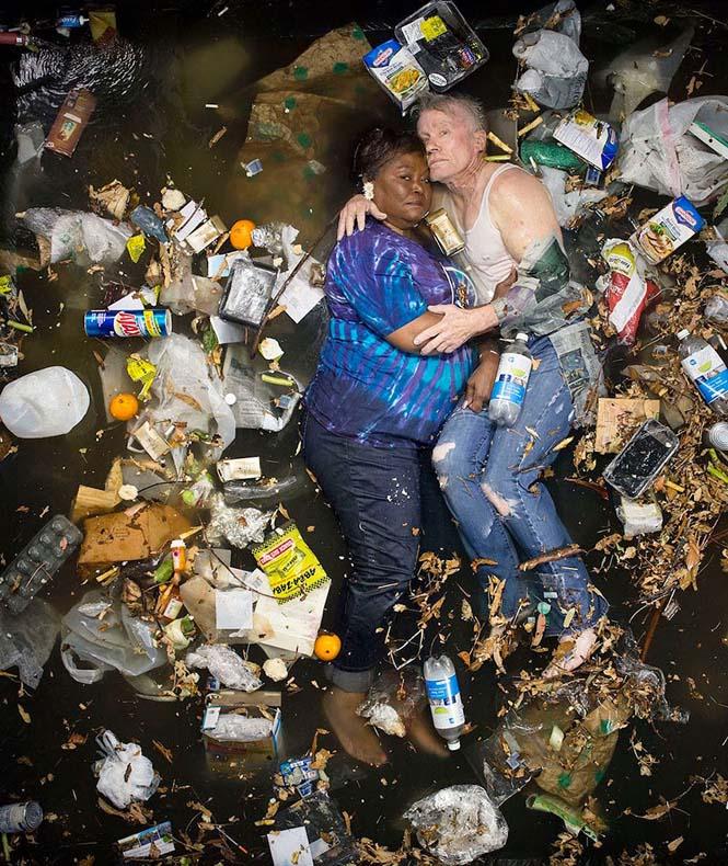 Άνθρωποι φωτογραφίζονται με τα σκουπίδια τους μιας εβδομάδας (10)