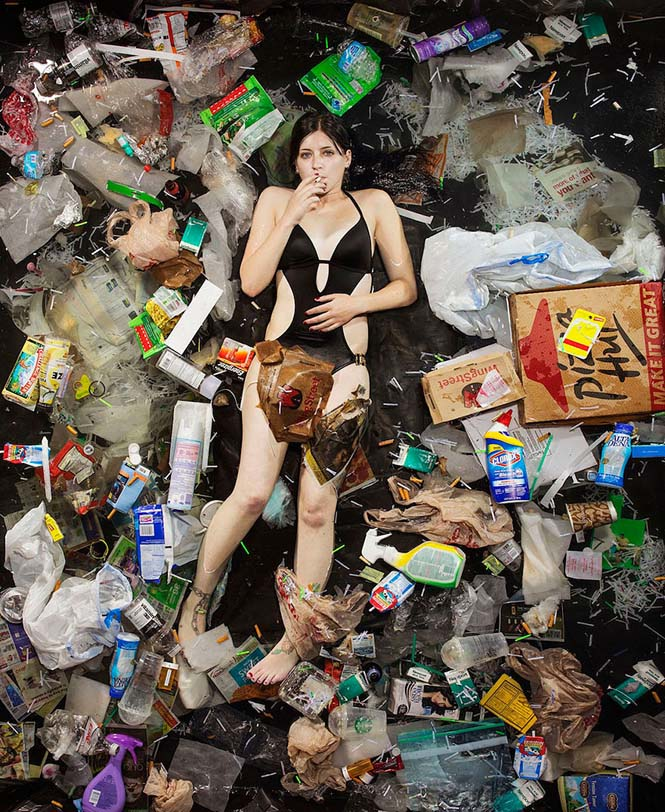 Άνθρωποι φωτογραφίζονται με τα σκουπίδια τους μιας εβδομάδας (11)