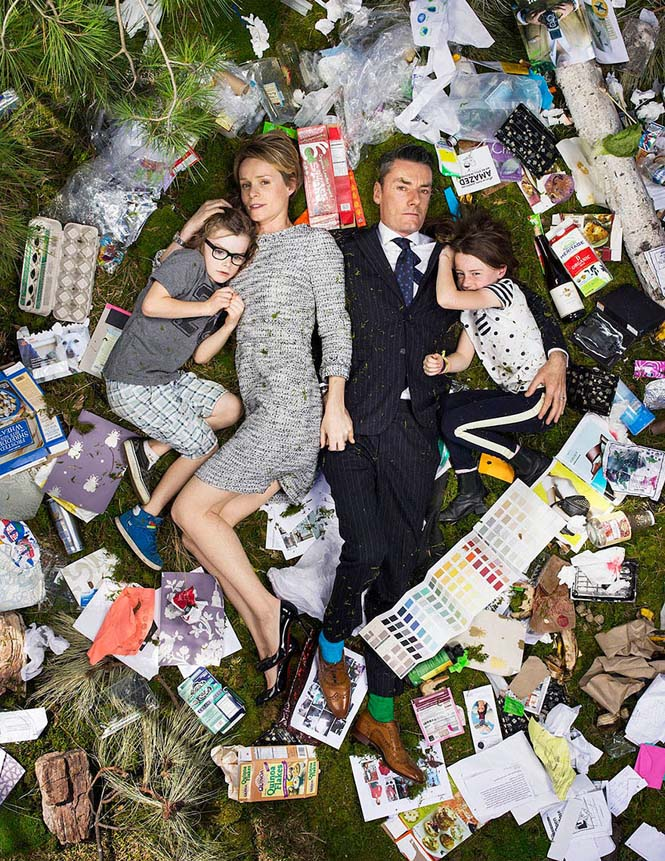 Άνθρωποι φωτογραφίζονται με τα σκουπίδια τους μιας εβδομάδας (12)