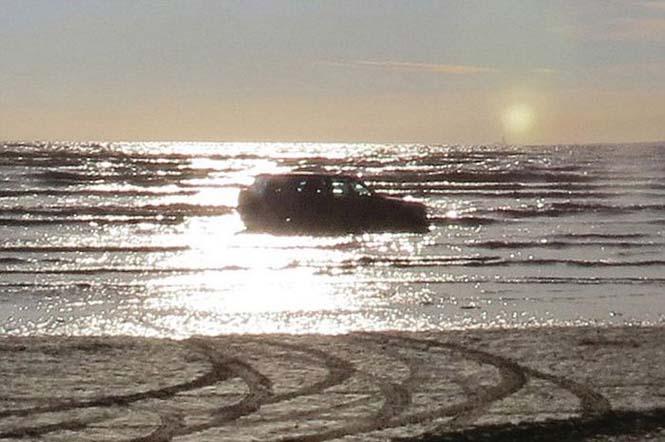 Ένας καλός λόγος για να μην παρκάρεις το αυτοκίνητο σου στην παραλία (5)