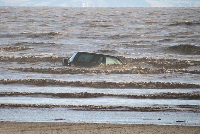 Ένας καλός λόγος για να μην παρκάρεις το αυτοκίνητο σου στην παραλία (6)