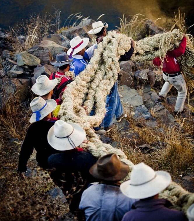 Η κατασκευή μιας αυτοσχέδιας κρεμαστής γέφυρας στο Περού (5)