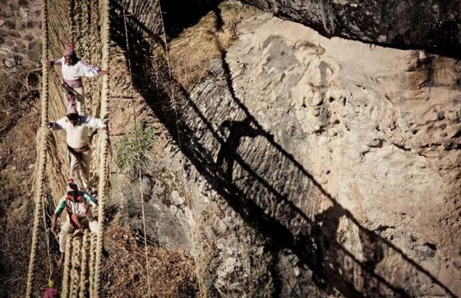 Η κατασκευή μιας αυτοσχέδιας κρεμαστής γέφυρας στο Περού (7)