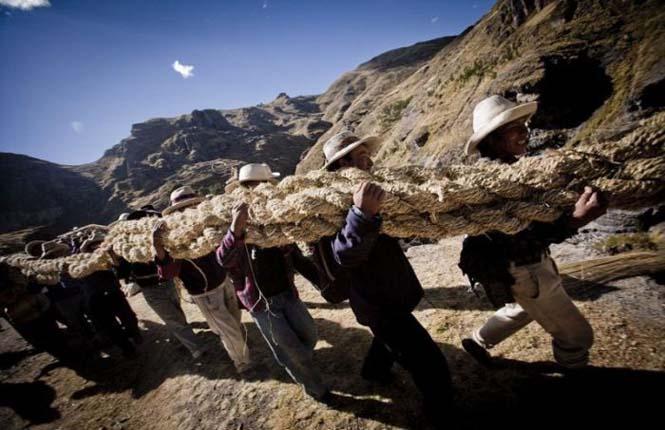 Η κατασκευή μιας αυτοσχέδιας κρεμαστής γέφυρας στο Περού (11)