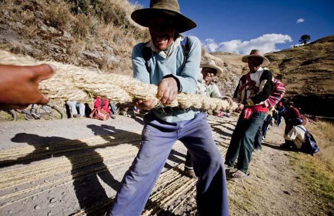 Η κατασκευή μιας αυτοσχέδιας κρεμαστής γέφυρας στο Περού (12)