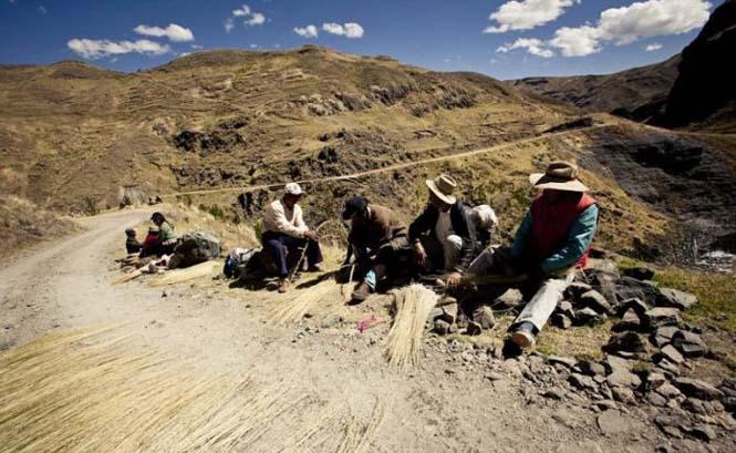Η κατασκευή μιας αυτοσχέδιας κρεμαστής γέφυρας στο Περού (16)