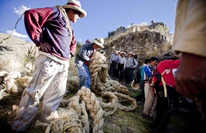 Η κατασκευή μιας αυτοσχέδιας κρεμαστής γέφυρας στο Περού (17)