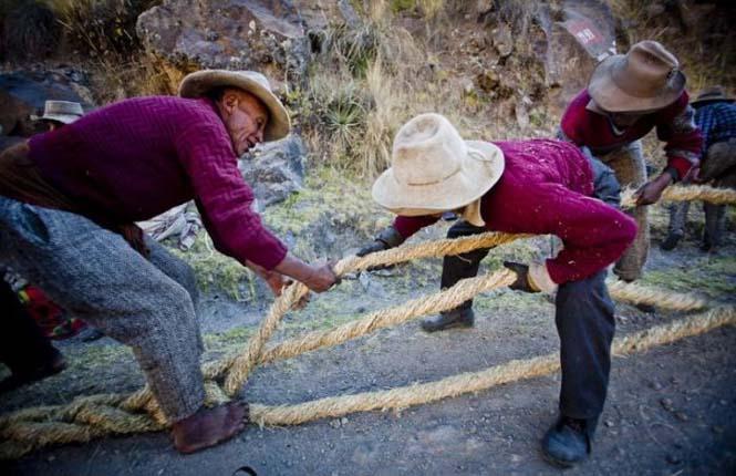 Η κατασκευή μιας αυτοσχέδιας κρεμαστής γέφυρας στο Περού (18)