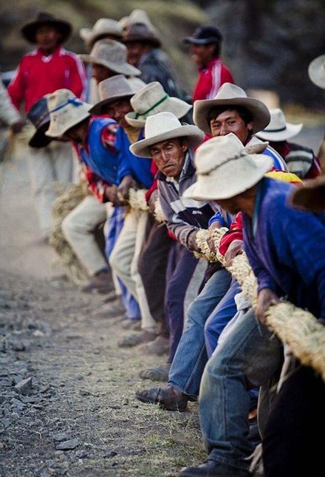 Η κατασκευή μιας αυτοσχέδιας κρεμαστής γέφυρας στο Περού (19)