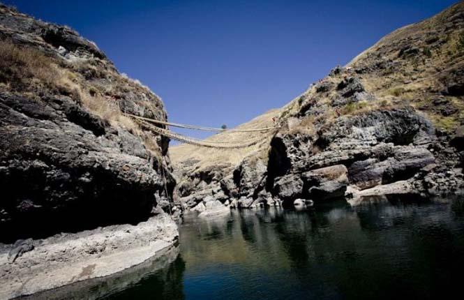 Η κατασκευή μιας αυτοσχέδιας κρεμαστής γέφυρας στο Περού (20)