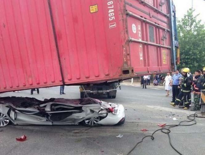 Κοντέινερ συνέθλιψε αυτοκίνητο (1)