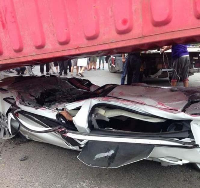 Κοντέινερ συνέθλιψε αυτοκίνητο (2)