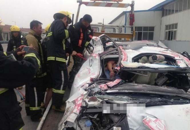 Κοντέινερ συνέθλιψε αυτοκίνητο (5)