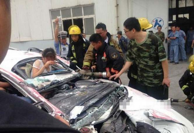 Κοντέινερ συνέθλιψε αυτοκίνητο (9)