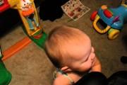 Μπαμπάς ανακάλυψε έναν εγγυημένο τρόπο για να σταματάει η κόρη του το κλάμα