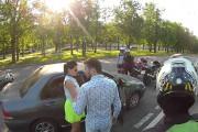 Ομάδα μηχανόβιων τα βάζει με οδηγό αυτοκινήτου μέχρι που συμβαίνει κάτι εντελώς αναπάντεχο