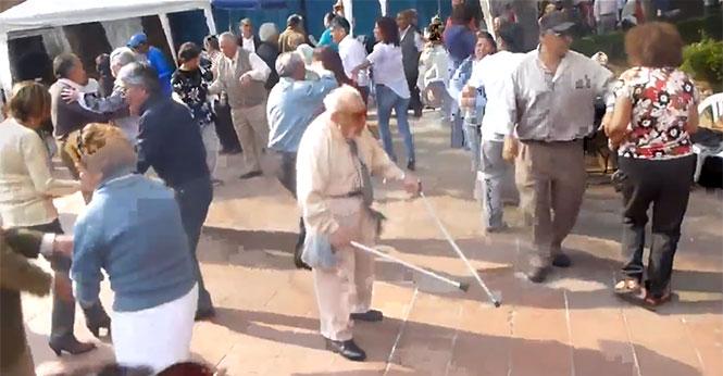 Παππούς πετάει τις πατερίτσες κι αρχίζει ένα ξέφρενο χορευτικό