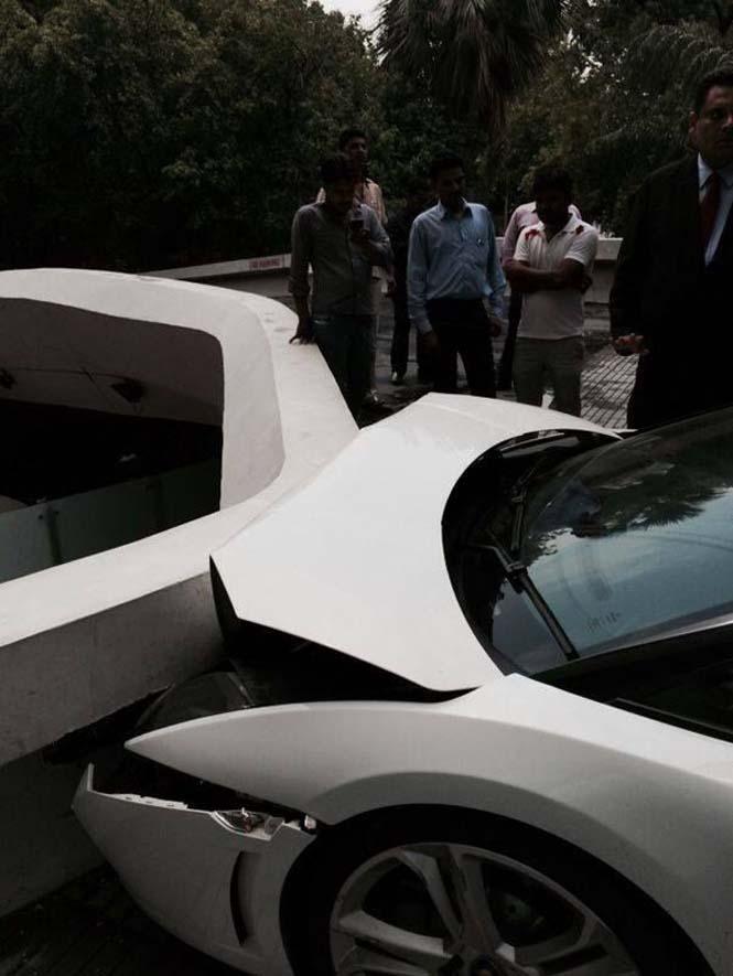 Παρκαδόρος ξενοδοχείου κατέστρεψε μια Lamborghini (4)