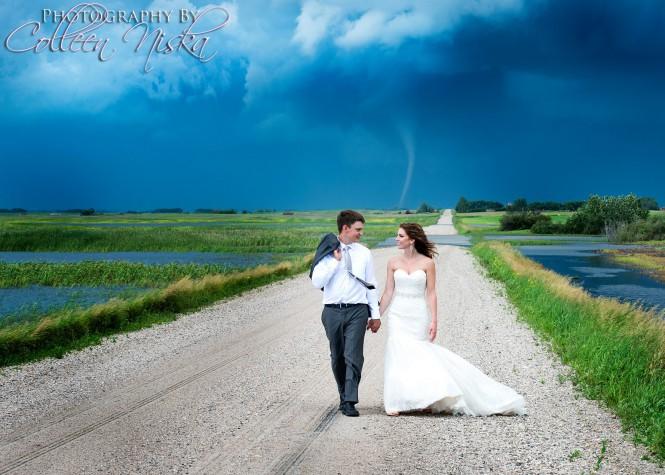 Γαμήλια φωτογραφία με φόντο έναν ανεμοστρόβιλο   Φωτογραφία της ημέρας