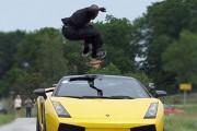 Πηδώντας πάνω από μια Lamborghini που τρέχει με 130 χλμ/ώρα