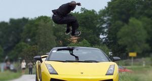 Πηδώντας πάνω από μια Lamborghini που τρέχει με 130 χλμ/ώρα (Video)